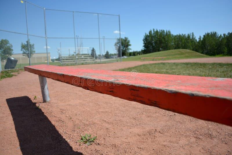 Banco no campo do basefield em um parque de comunidade local imagem de stock royalty free