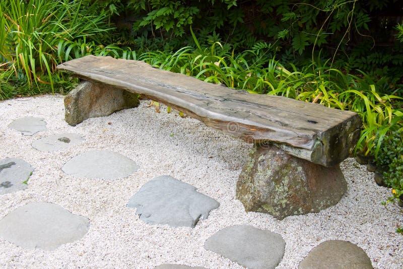 Banco no jardim japonês fotografia de stock