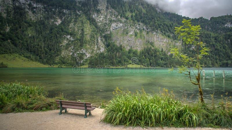 Banco no Mountain View do lado do lago foto de stock