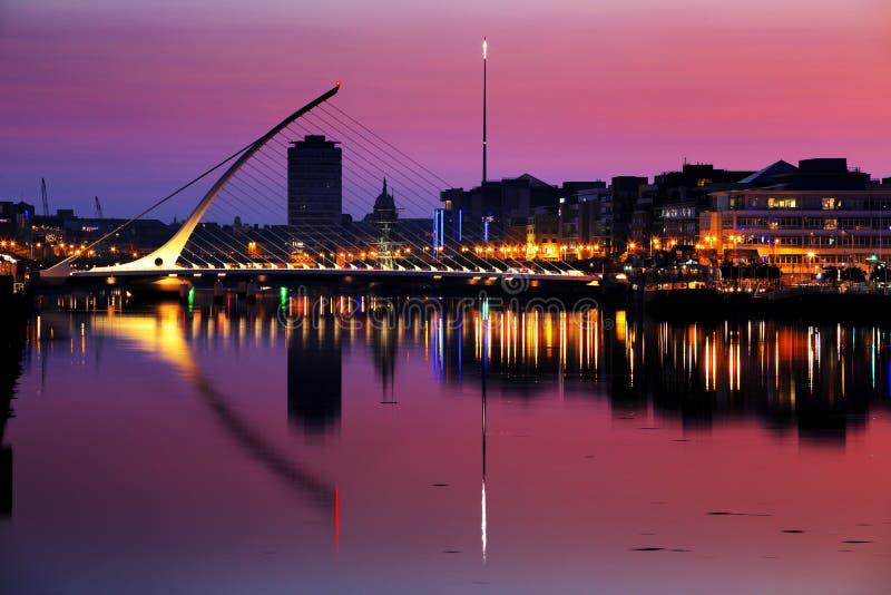 Banco norte do rio Liffey em Dublin City Center na noite fotografia de stock