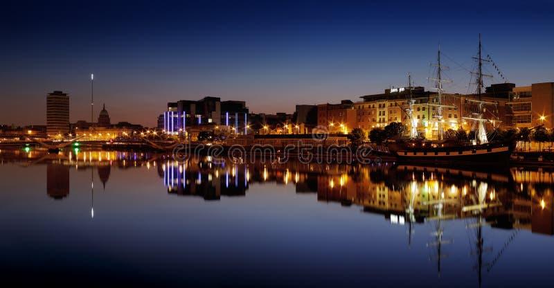 Banco norte do rio Liffey em Dublin City Center na noite foto de stock royalty free