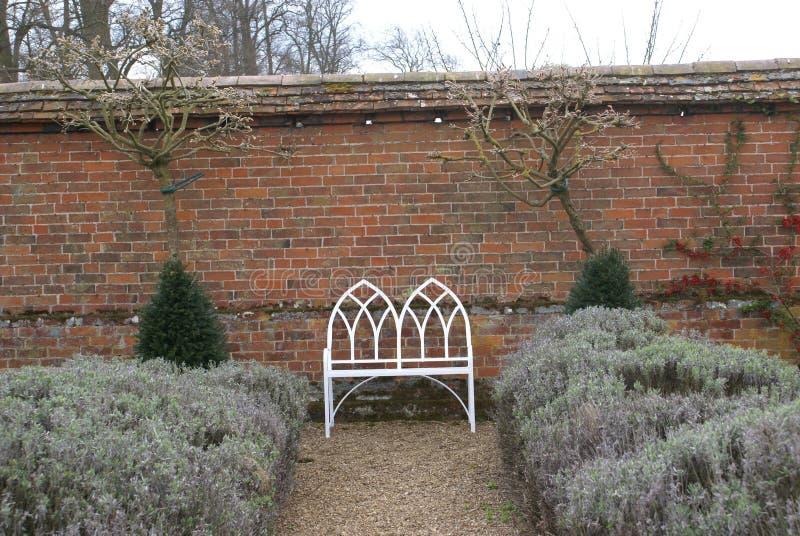 Banco o asiento del metal en un jardín foto de archivo libre de regalías