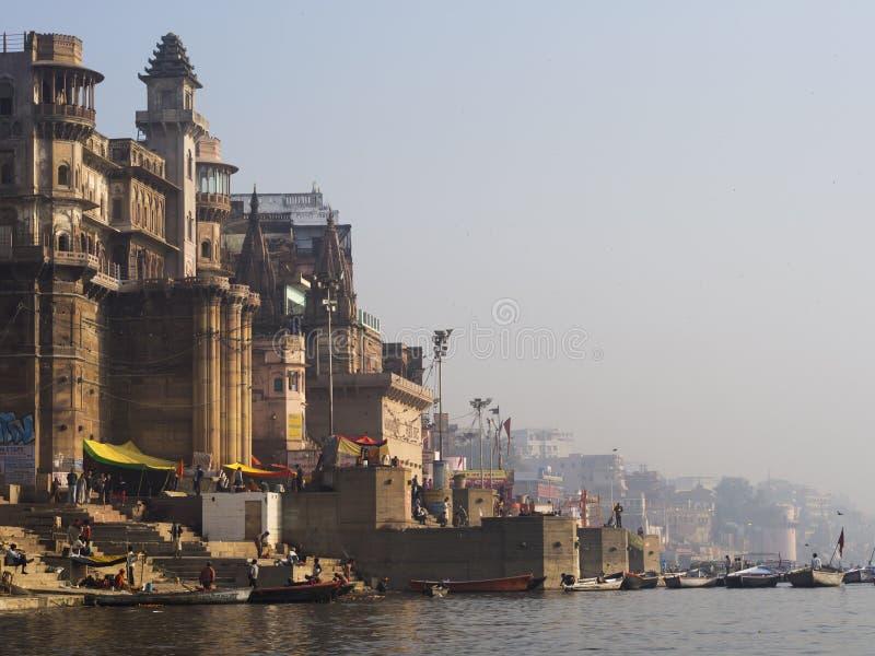 Banco ocidental do Ganges River sagrado em Varanasi, Índia fotos de stock royalty free