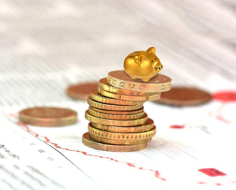 Banco piggy do ouro fotografia de stock