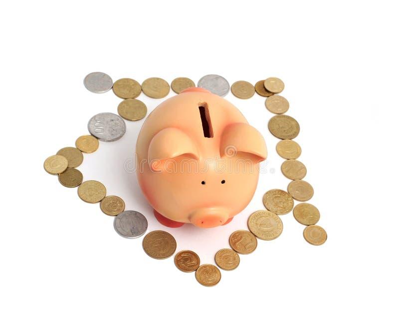 Banco Piggy e casa feitos fora das moedas imagens de stock royalty free