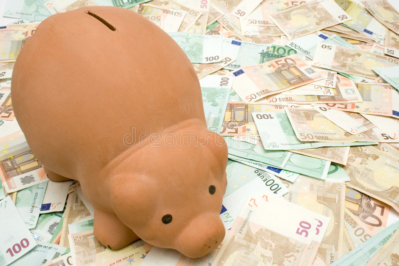 Banco Piggy em notas de banco foto de stock