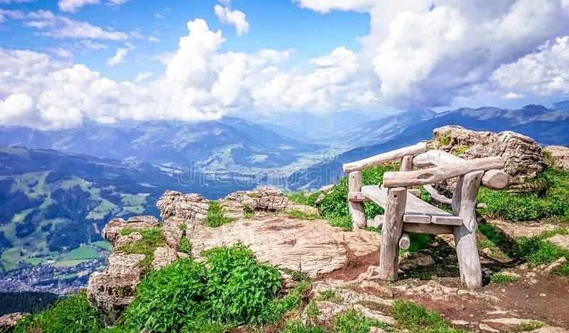 Banco recreativo en las montañas con panorama fotografía de archivo