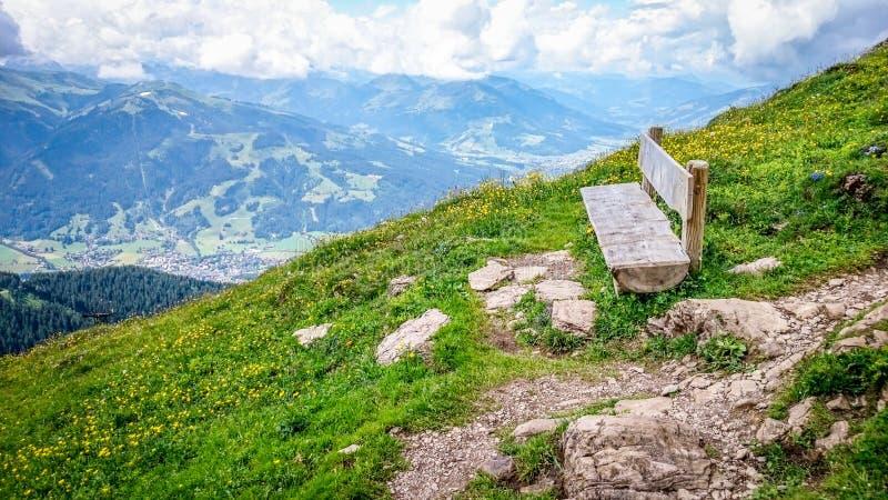 Banco recreativo en las monta?as con panorama fotografía de archivo