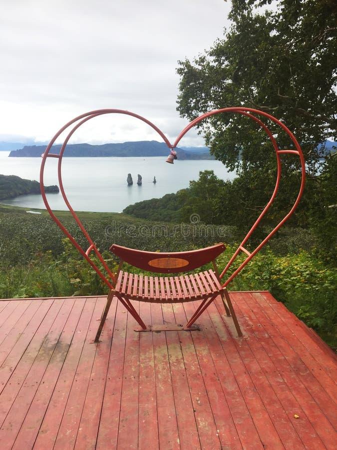 Banco rojo en la forma de un corazón foto de archivo