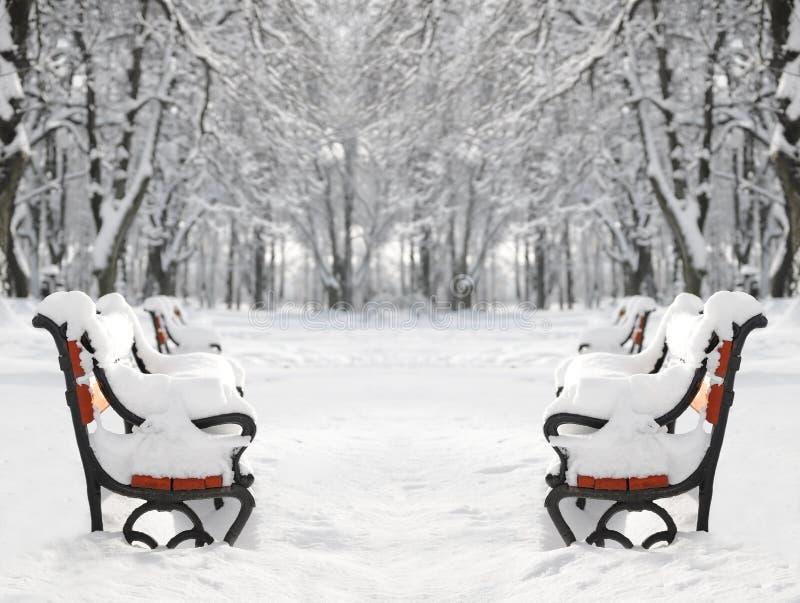 Banco rosso coperto di neve immagini stock