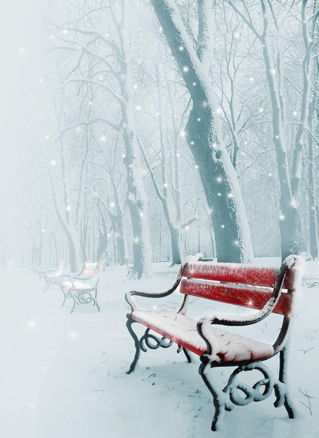 Banco rosso nella neve immagini stock libere da diritti