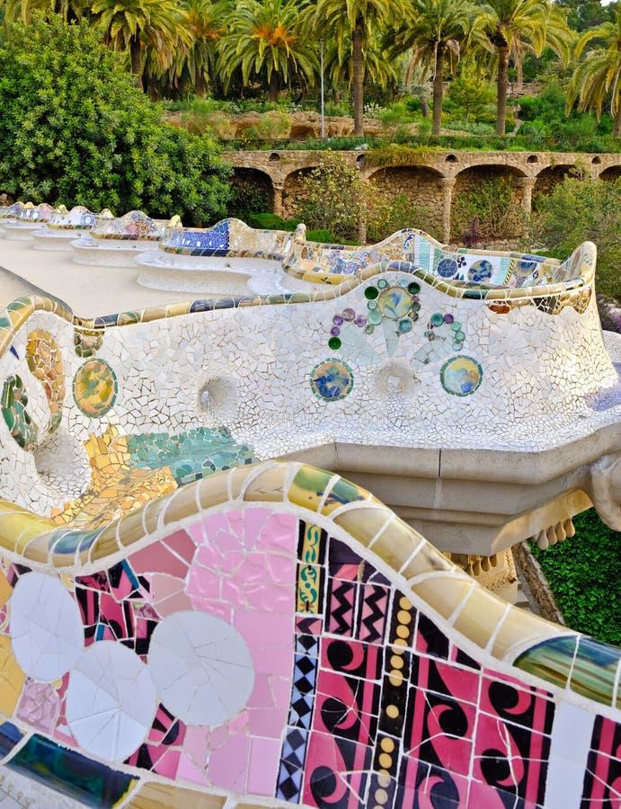 Banco serpentino del mosaico, parque Guell, Barcelona fotos de archivo