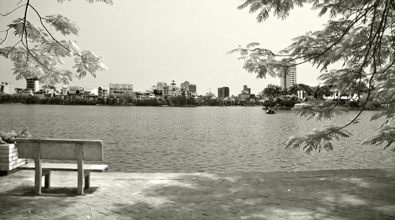 Banco solitario por la orilla del lago fotos de archivo libres de regalías