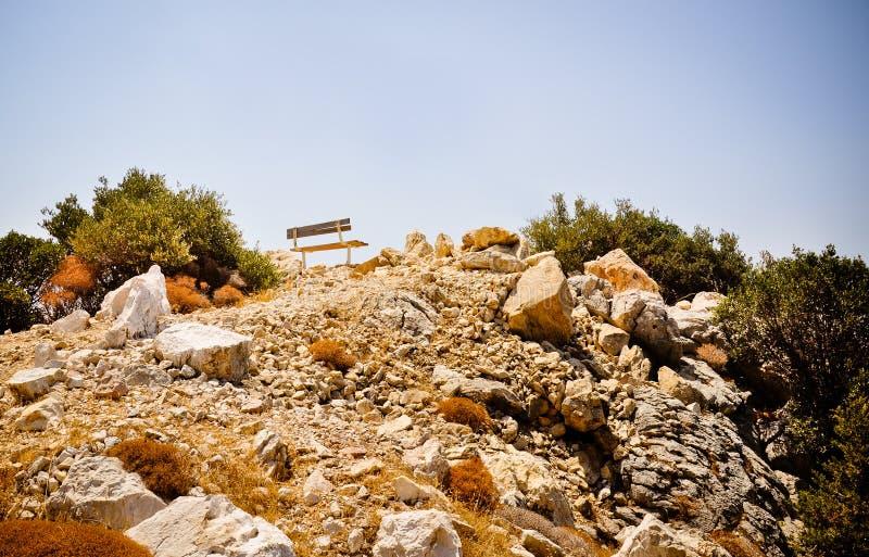 Banco solo en el top de la roca fotos de archivo libres de regalías