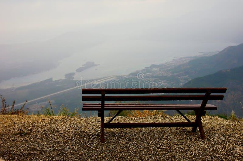 Banco solo romántico en el top de las montañas imagen de archivo libre de regalías