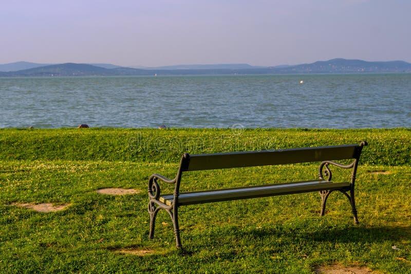 Banco sulla riva del Balaton immagine stock