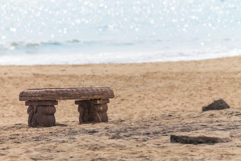 Banco sulla spiaggia del mare immagini stock