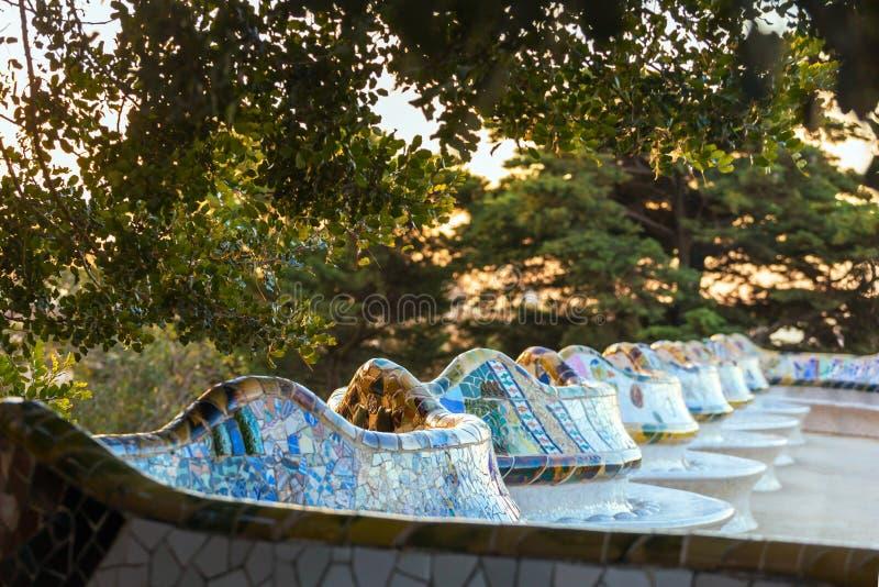 Banco variopinto famoso in parco Guell progettato da Antoni Gaudi a Barcellona immagine stock libera da diritti