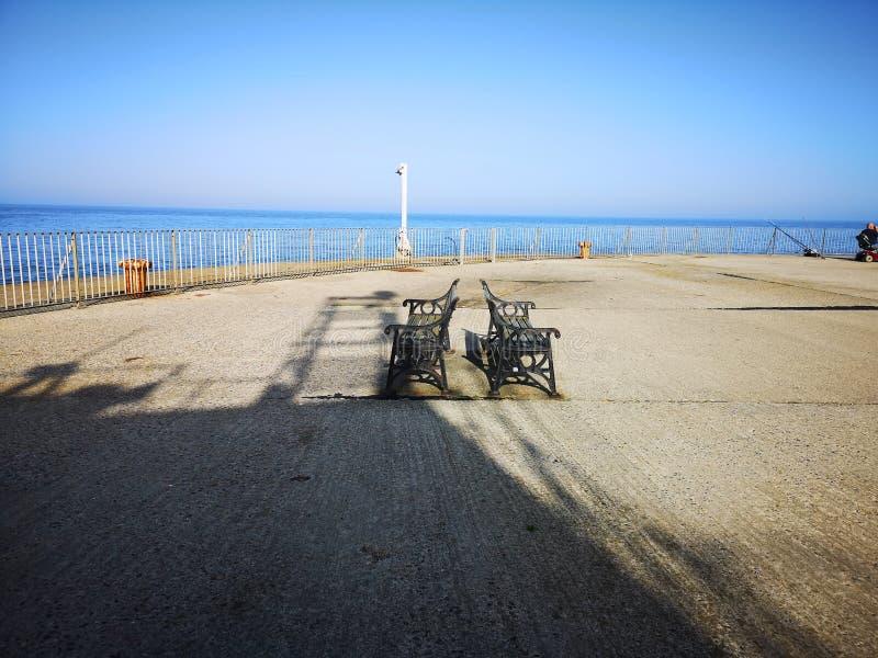 Banco vuoto fuori al mare Gorleston fotografia stock libera da diritti