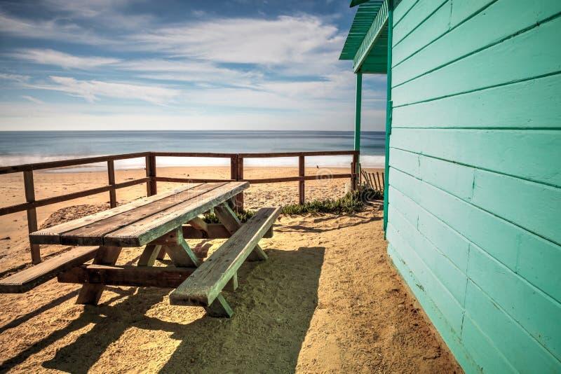 Banco y mesa de picnic en la playa de Crystal Cove State Park imagen de archivo libre de regalías