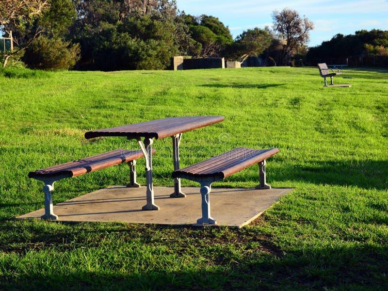 Banco y tabla de madera modernos de parque imagen de archivo libre de regalías