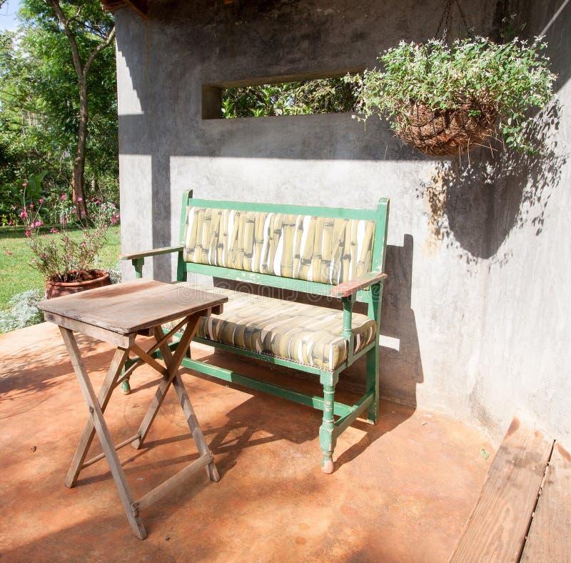Banco y tabla de parque en patio soleado fotografía de archivo