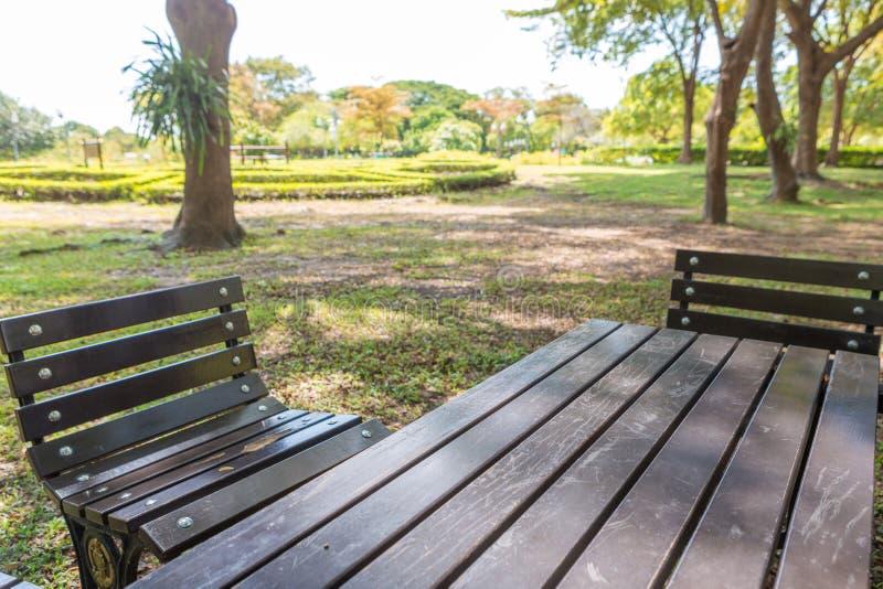 Banco y tabla en parque fotos de archivo