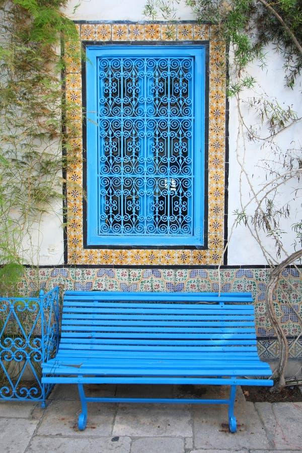 Banco y ventana de Sidi Bou Said imagen de archivo