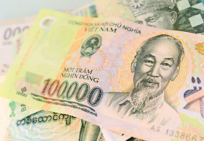 Banconota del Vietnam su un altro bankn Sud-est-asiatico di valuta fotografie stock libere da diritti