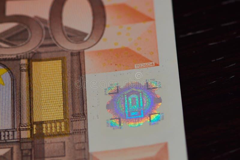 Banconota dell'euro cinquanta, ologramma su una superficie nera fotografie stock libere da diritti