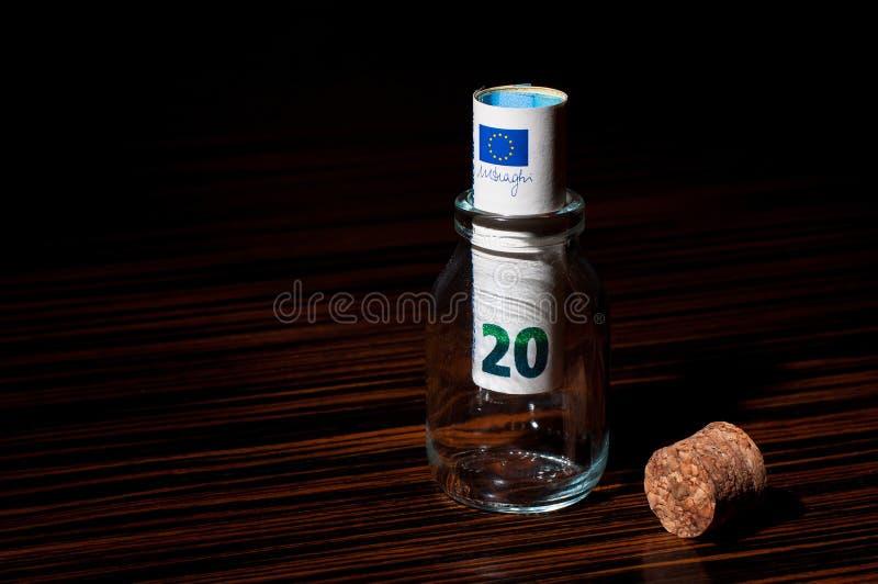 Banconota dell'euro 20 dentro una bottiglia fotografia stock