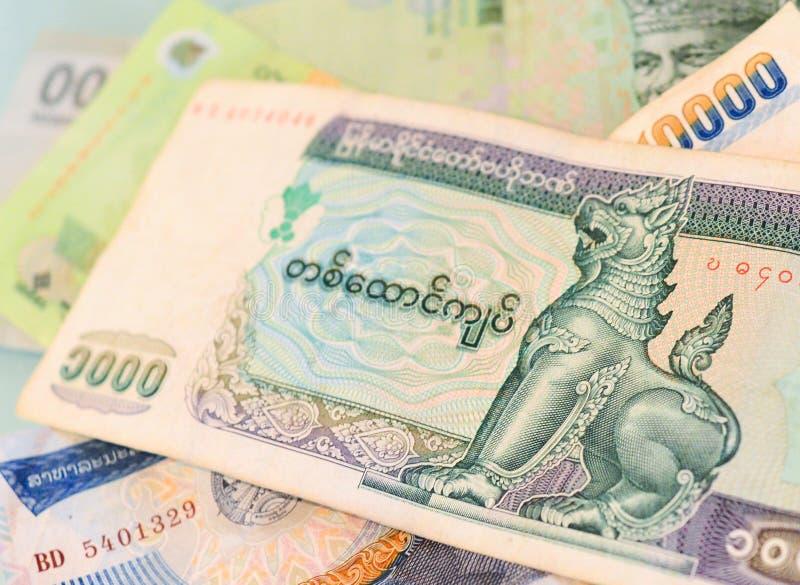Banconota di myanmar kyat su un altro bankn Sud-est-asiatico di valuta fotografia stock libera da diritti