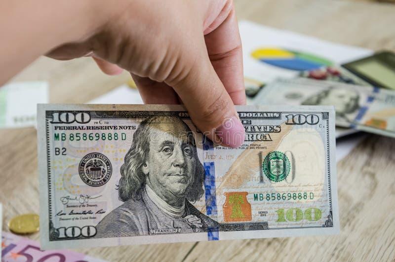 banconota in dollari 100 a disposizione, primo piano immagini stock libere da diritti