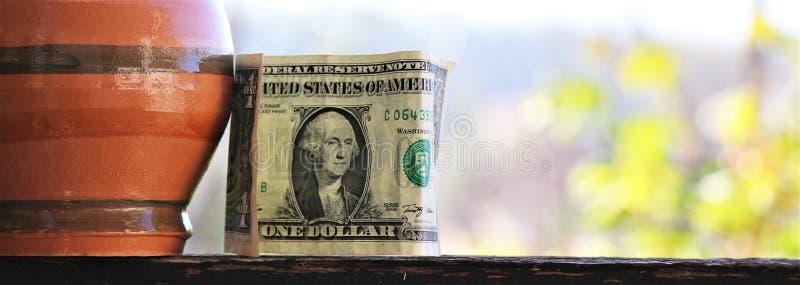 Banconota in dollari e porcellino salvadanaio Concetto di risparmio fotografia stock libera da diritti