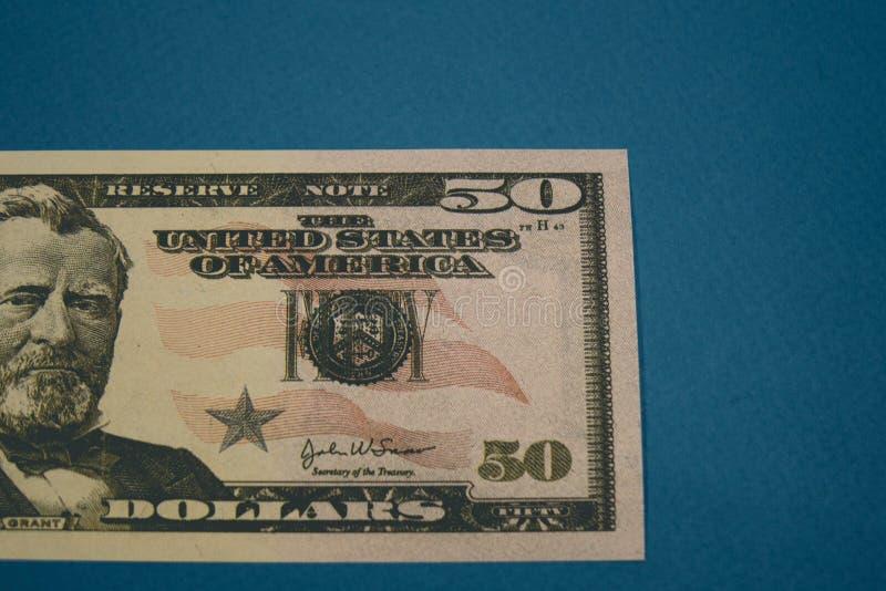 Banconota in dollari isolata dell'americano cinquanta su fondo blu fotografie stock