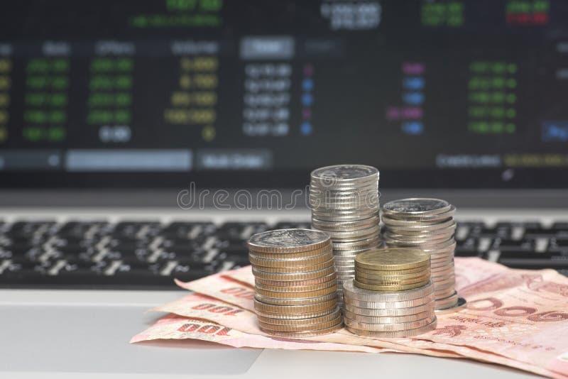 Banconota e monete sul mercato azionario in tailandese fotografia stock libera da diritti