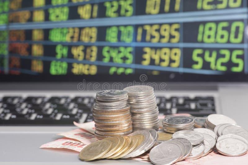 Banconota e monete sul mercato azionario in tailandese immagini stock libere da diritti