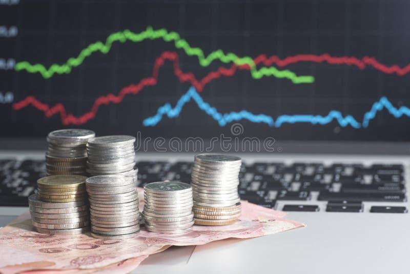 Banconota e monete sul mercato azionario in tailandese immagini stock