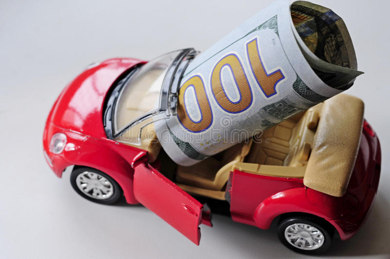 Banconota ed automobile rossa fotografie stock