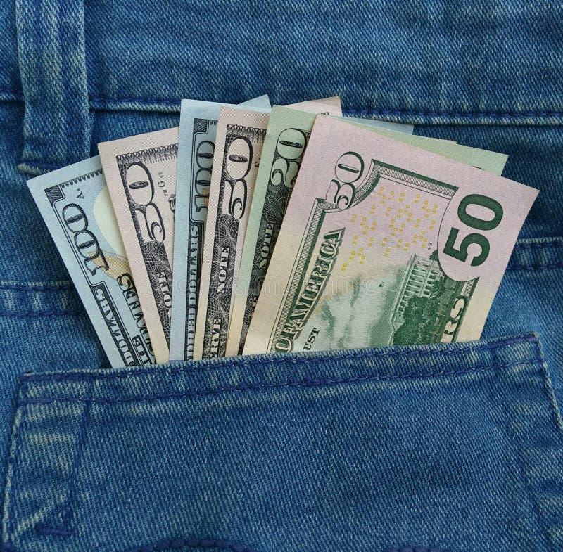 Banconote del dollaro nella tasca fotografie stock