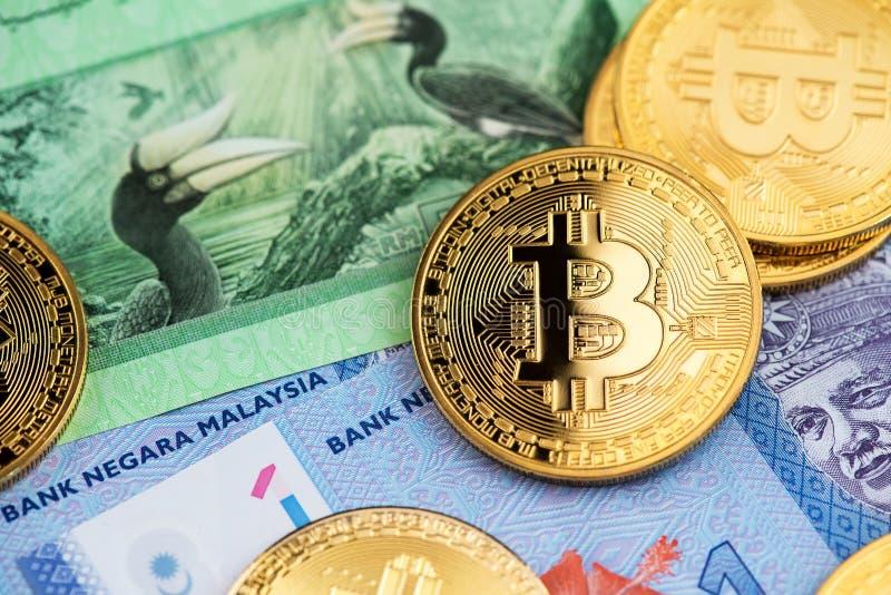 Banconote di valuta di ringgit della Malesia e monete di Bitcoin Cryptocurrency immagine stock libera da diritti