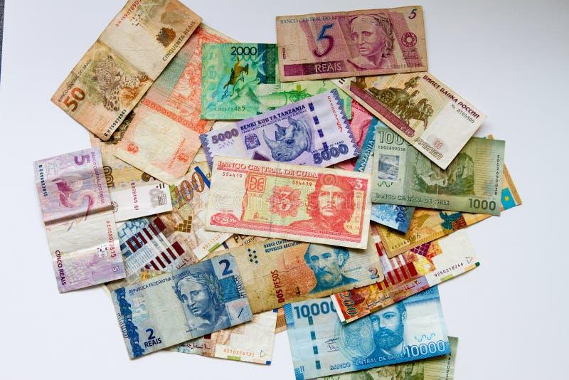 Banconote differenti sopra fondo bianco fotografia stock