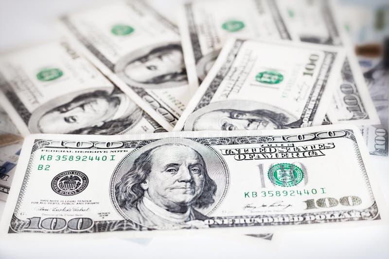 Banconote in dollari americane su un fondo bianco, soldi su un fondo bianco immagini stock
