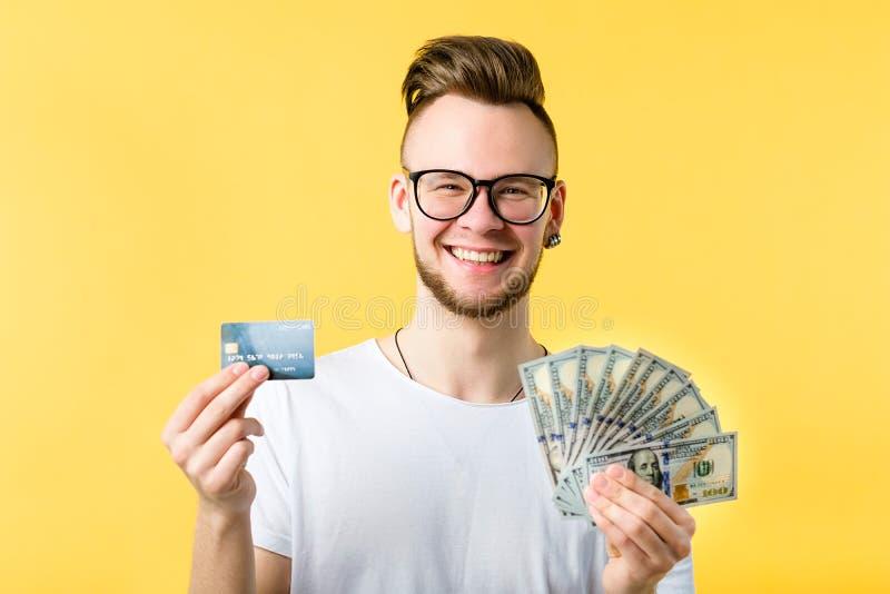 Banconote in dollari di carta di credito del giovane indipendenti fotografia stock libera da diritti