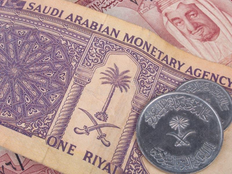 Banconote e monete saudite fotografie stock libere da diritti