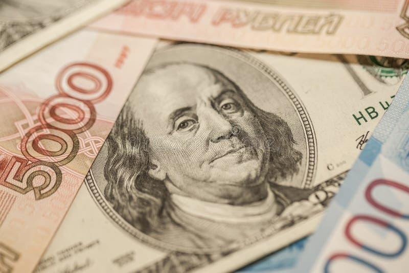 Banconote russe ed americane Tassi di cambio freschi Economia dei due paesi fotografia stock libera da diritti