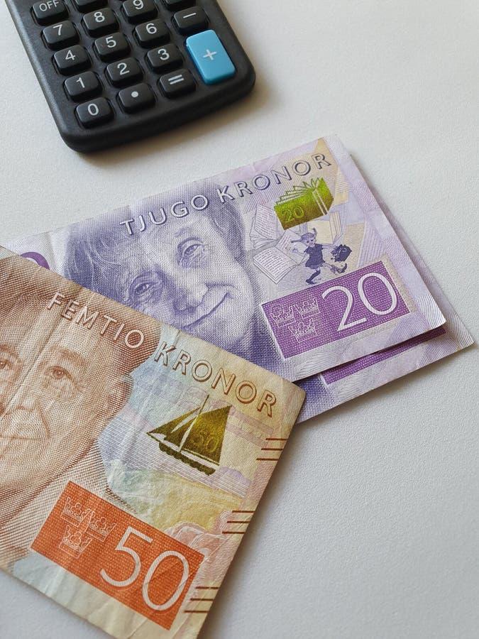 banconote svedesi delle denominazioni differenti e del calcolatore su fondo bianco immagini stock libere da diritti
