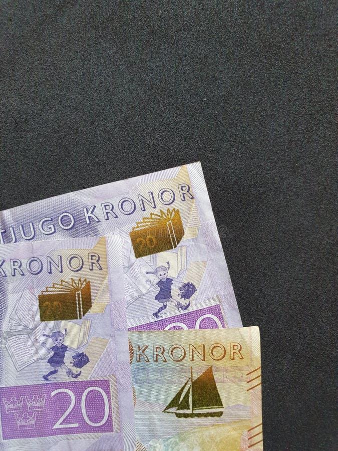 banconote svedesi delle denominazioni differenti e del fondo nero immagine stock
