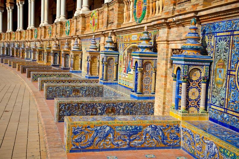 Bancos cerâmicos famosos em Plaza de Espana, Sevilha, Espanha. imagem de stock