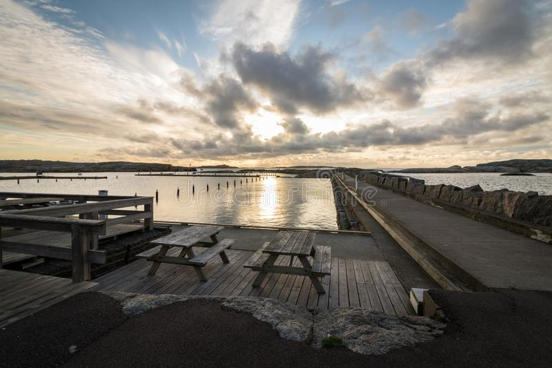 Bancos com o parque nacional no fundo, vista de Faerder de Verdens Ende em Vestfold Noruega fotografia de stock royalty free